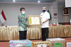 Salurkan 50.000 Masker, Gubernur Riau Berikan Penghargaan kepada PTPN V