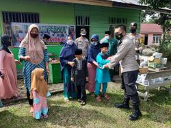 Jajaran Polsek Tenayan Raya Bagikan 100 Paket Sembako