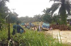 Jalan Rusak Parah di Tasik Serai, Perekonomian Warga Terganggu