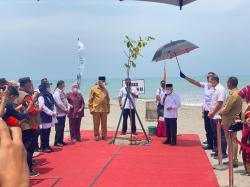 Mitigasi Dampak Tsunami, Wapres Tanam Pohon di Pantai Kata Pariaman