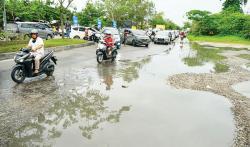 Pengendara Keluhkan Jalan Soekarno Hatta Rusak Parah