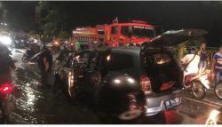 Mobil Penghulu Merempan Hilir Terbakar di Ujung Jembatan TASL