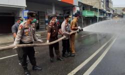 Semprotkan Disinfektan,Bupati Dadakan Jadi Relawan