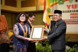Yudisium XIII, Direktur Pascasarjana Unilak Beri Piagam Penghargaan ke Pemuncak