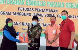 197 Petugas Kebersihan dan Taman Dapat Bantuan Pakaian Kerja