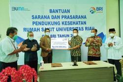 BRI Serahkan Bantuan Sarana Kesehatan kepada RS Universitas Riau