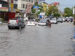 Petugas Sulit Buang Sedimen, Banjir di Jalan Riau Akibat Drainase Ditutup