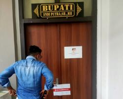 Tim KPK juga Menggeledah Kantor Dinas PTSP dan PUPR Kuansing