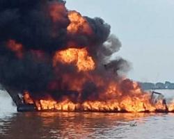 Kapal Motor Bermuatan BBM Terbakar di Sungai Indragiri, 1 ABK Cedera