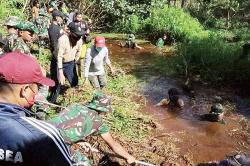 Bersama TNI dan Polri Ketua DPRD Ikut Bersihkan Parit