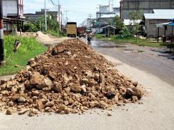 Tak Kunjung Dikerjakan, Material Timbunan Jalan Beringin Tembilahan Menumpuk