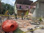 Kerahkan Satu Unit Escavator, Personel TNI Bersihkan Bangunan yang Hancur