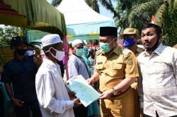 Bupati Kampar Serahkan Sertifikat Tanah Program Tora 2020