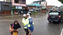 Sebagian Wilayah Dumai Banjir, Waspada Berkendara di Musim Hujan