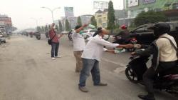 PWI Riau Peduli Asap Bagi-Bagikan 4 Ribu Masker