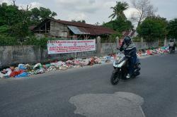 Sampah Masih Menumpuk di Badan Jalan