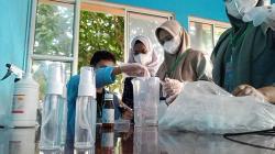 Mahasiswa Kukerta Unri Racik Hand Sanitizer untuk Warga Cinta Raja