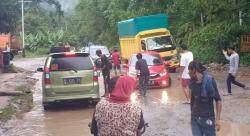 Jalan Lintas Riau-Sumbar Rusak dan Berlubang Dikeluhkan