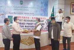 Karyawan First Resources Riau Serahkan Bantuan ke Gubernur