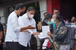 Menko Airlangga Dampingi Presiden Serahkan Bantuan Tunai Warung dan PKL