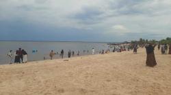 Wisatawan Lokal dan Luar Dumai Padati Pantai Koneng