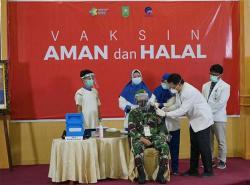 Danrem 031/Wirabima Jadi yang Pertama Divaksin Covid-19 di Riau