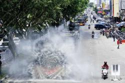 Enam Mobil Water Canon Semprotkan Disinfektan