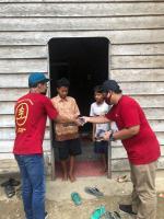 Bagi-Bagi Masker Gratis Mahasiswa Unri Door to Door di Cerenti