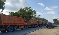 Macet Panjang di Kandis, Truk Tonase Besar Menumpukdi Jalan