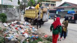 Ramai-Ramai Bantu Angkut Sampah