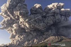 Sinabung Luncurkan 13 Kali Awan Panas