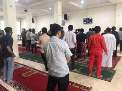 Saf Salat Berjamaah di Masjid Al Falah Jalan Sumatera Tetap Berjarak