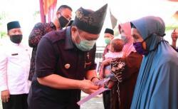 Bupati Kampar Serahkan BLT-DD Tahap III dan Bibit Padi Unggul