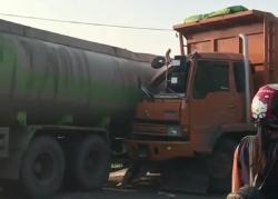 Dua Truk Terlibat Kecelakaan di Jalan Siak II Palas