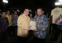 SBY Berikan Kaos Kuning Khusus untuk Airlangga
