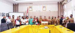 Dispora Riau Salurkan 315 Paket APD