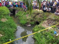Diduga Bangkai Mayat, Polisi Bawa Karung ke RS Bhayangkara