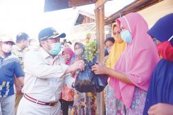 Bupati Antarkan Langsung Sembako ke Desa Suka Ramai