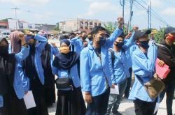 Puluhan Orang Unjuk Rasa Tuntut Rektor UIN Suska Riau Mundur