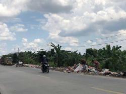 Sampah di Tepi Jalan Siak II Pekanbaru Menumpuk