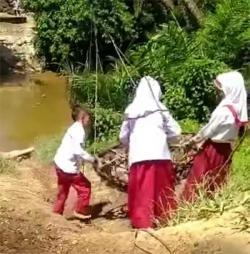 Heboh, Anak SD Bergelantungan Seberangi Sungai