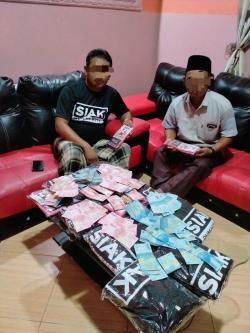 Viral, Dua Warga Siak Foto Bersama Uang dan Baju Kaos
