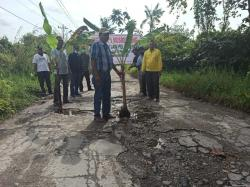17 Tahun Rusak Berat, Warga Jalan Pesisir Tanam Pohon di Tengah Jalan