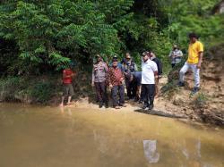 Tinjau Lokasi Anak SD Seberangi Sungai, Bupati: Tak seperti di Medsos