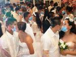 Takut Virus Corona, Ratusan Pasangan Pengantin Berciuman Pakai Masker