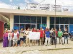 Puluhan Warga Demo Pertahankan Lurah Tarantang