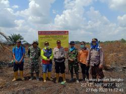 Tim Pasangi Plang di Lahan yang Terbakar