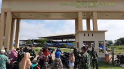 Bagikan Masker, TNI Imbau Warga Kuansing di Rumah Saja