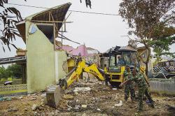 Kerahkan Ekskavator Bersihkan Bangunan yang Hancur