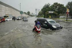 Hujan Lebat Sebabkan Jalan di Pekanbaru Banjir